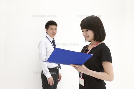 青いファイルを見つめるビジネスウーマンの写真素材 [FYI00118461]