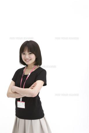 腕組みをする若いビジネスウーマンの写真素材 [FYI00118463]