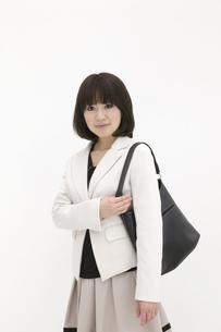 バッグを肩に掛けるビジネスウーマンの素材 [FYI00118465]