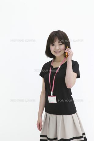 携帯で通話するビジネスウーマンの写真素材 [FYI00118469]