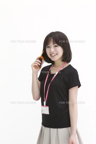 笑顔で携帯で話すビジネスウーマンの写真素材 [FYI00118472]
