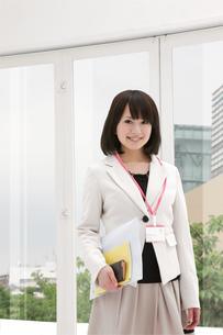 書類を手に微笑むビジネスウーマンの写真素材 [FYI00118475]