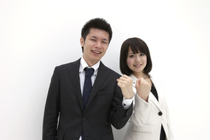 ガッツポーズをするビジネスマンとビジネスウーマンの素材 [FYI00118479]
