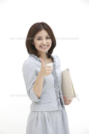 笑顔でグッドサインをするビジネスウーマンの素材 [FYI00118484]