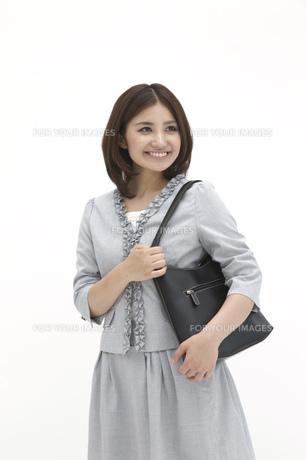鞄を肩に掛けるビジネスウーマンの素材 [FYI00118488]