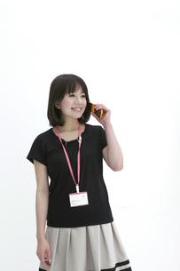 携帯電話で話すビジネスウーマンの写真素材 [FYI00118491]