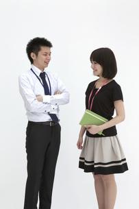 腕組みをし会話するビジネスマンとビジネスウーマンの素材 [FYI00118493]