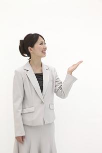 片手を挙げるビジネスウーマンの素材 [FYI00118496]