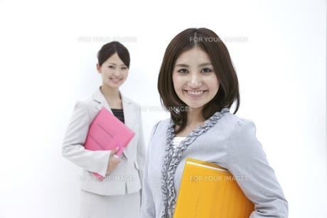 ファイルを抱えにっこり微笑むビジネスウーマンの素材 [FYI00118502]