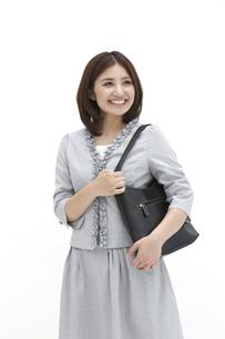鞄を肩に掛け笑顔のビジネスウーマンの素材 [FYI00118507]