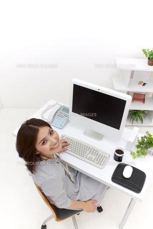 笑顔で見上げるビジネスウーマンの素材 [FYI00118509]