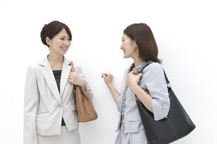 にこやかに会話するビジネスウーマンの素材 [FYI00118510]