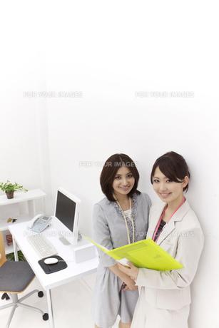 壁際に立つビジネスウーマンの写真素材 [FYI00118521]