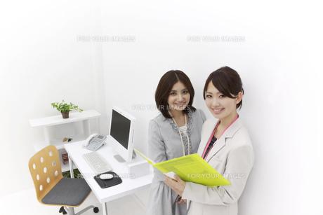笑顔のビジネスウーマン2人の素材 [FYI00118523]
