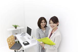 笑顔のビジネスウーマン2人の写真素材 [FYI00118523]