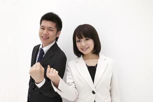 張り切るビジネスマンとビジネスウーマンの素材 [FYI00118526]