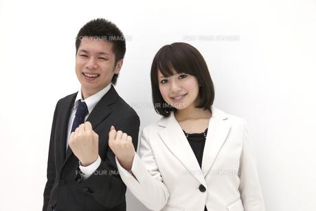 やる気溢れるビジネスマンとビジネスウーマンの写真素材 [FYI00118531]