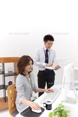 オフィス 仕事中のビジネスマンとビジネスウーマンの写真素材 [FYI00118535]