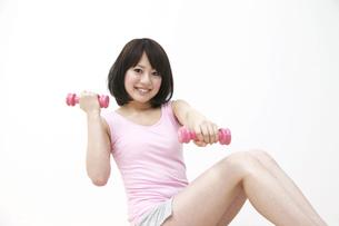 ピンクのダンベルで体操する女性の写真素材 [FYI00118538]