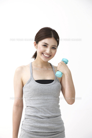 笑顔で筋トレをする女性の素材 [FYI00118548]