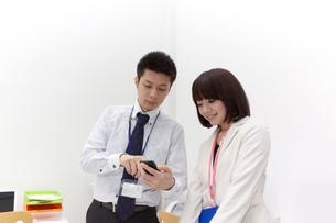 携帯を操作するビジネスマンの素材 [FYI00118549]