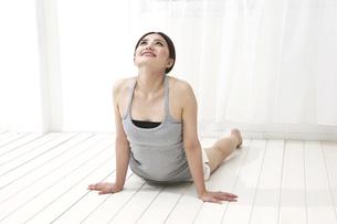 体を反らす女性の写真素材 [FYI00118604]