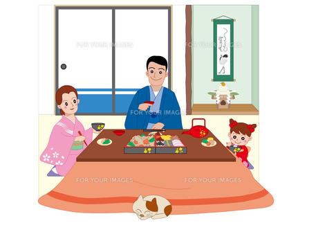 コタツでおせち料理を食べる一家の写真素材 [FYI00118915]