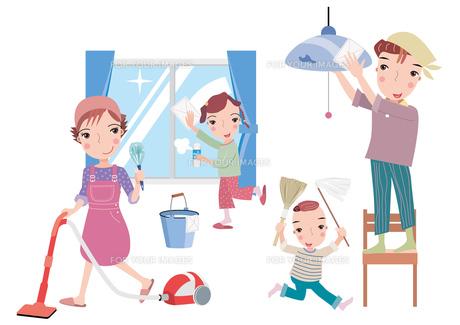 家族皆で大掃除の写真素材 [FYI00118957]
