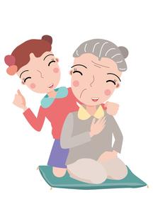 お婆さんの肩をたたく孫の素材 [FYI00118963]