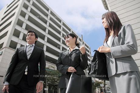 並んでオフィス街を歩くビジネスマンとビジネスウーマンの素材 [FYI00119160]