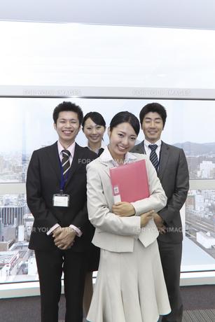 やる気あふれる笑顔の新人チームと上司の写真素材 [FYI00119163]