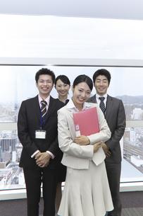 やる気あふれる笑顔の新人チームと上司の素材 [FYI00119163]