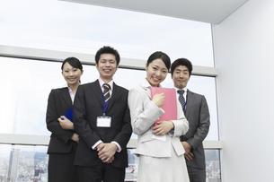 窓の前に集合する笑顔のビジネスチームの写真素材 [FYI00119180]