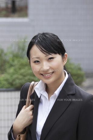 カバンを肩にかけ微笑む若いビジネスウーマンの素材 [FYI00119186]