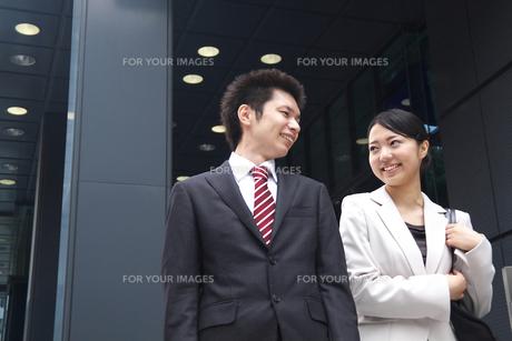 会社を出るビジネスマンとビジネスウーマンの素材 [FYI00119193]