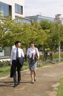 並んで歩くビジネスマンとビジネスウーマンの素材 [FYI00119196]