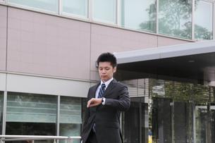 腕時計で時間を確認するビジネスマンの素材 [FYI00119200]