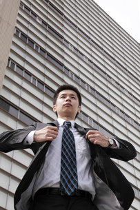 背広をなおす若いビジネスマンの素材 [FYI00119201]