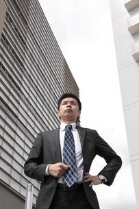 オフィス街 胸を張って立つビジネスマンの写真素材 [FYI00119207]