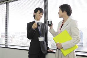休憩中にコーヒーを飲むビジネスマンとビジネスウーマンの写真素材 [FYI00119218]