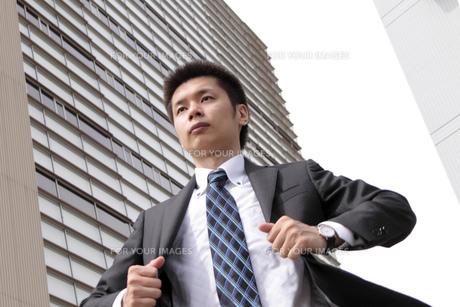 背広をなおすビジネスマンの素材 [FYI00119221]