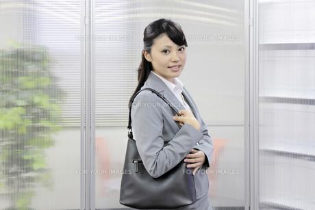 外出する若いビジネスマンの素材 [FYI00119222]