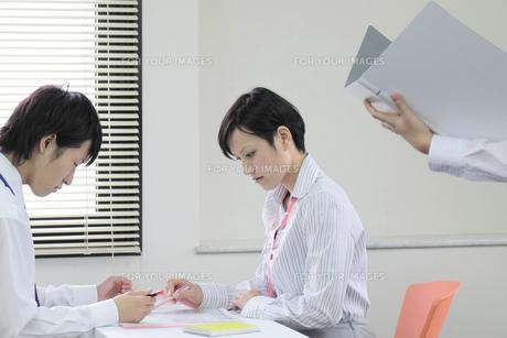オフィスでミーティング中のビジネスマンとビジネスウーマンの素材 [FYI00119228]