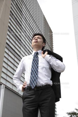 上衣を肩にかけ立つビジネスマンの素材 [FYI00119236]