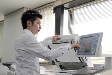 コピーをとるビジネスマンの写真素材 [FYI00119237]