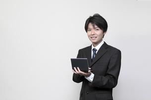 電子手帳を持つビジネスマンの素材 [FYI00119238]