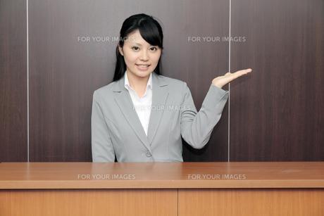 受付をする若いビジネスウーマンの写真素材 [FYI00119241]