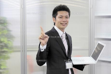 ノートパソコンを持つ笑顔のビジネスマンの写真素材 [FYI00119244]