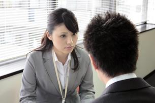 真剣にミーティングをするビジネスウーマンの素材 [FYI00119249]