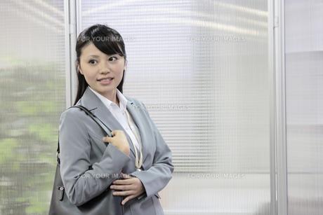 外出準備をするビジネスウーマンの素材 [FYI00119252]
